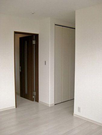 1階は全体的に温かみのある色でまとめていましたが、2階は明るくさわやかなホワイト調の床色に、ドアの色は高級感のあるダークブラウンに変えました。