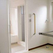 脱衣室も広いです。雨の日でも洗濯物が干せる物干しスペースもあります。