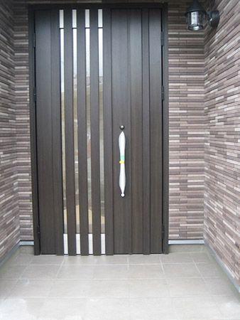 玄関周りにはタイルを施工し重厚感アップ