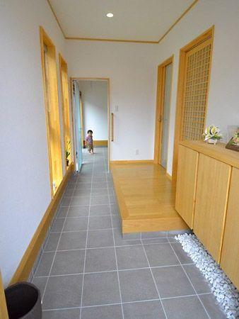 和室、リビングへそれぞれつながる広々とした玄関