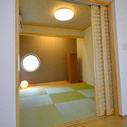 格子の引込み戸、丸窓が印象的な和室