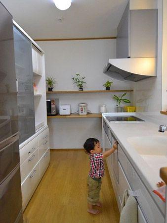 キッチン奥にある実用的でおしゃれな飾り棚