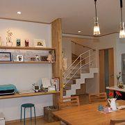 木製スリットが印象的な造り付けカウンター&棚