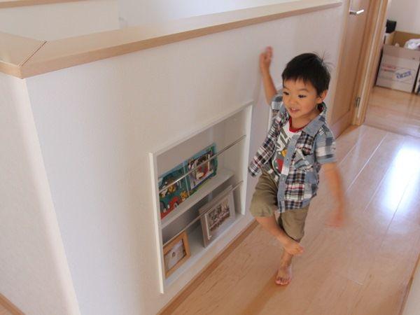 2階ホールにある壁の厚みを利用したマガジンラック