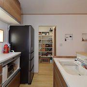 キッチン横のパントリーは廊下からも出入りができ、物置としても使えて便利
