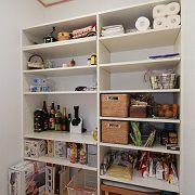 パントリーの中には造り付けの棚を設置し、収納する物に合わせて高さ調整も可能で見た目もスッキリ!