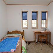 三連の格子窓とナチュラルな家具がステキなお子様のお部屋
