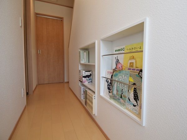 お子様の絵本や、手芸好きなママの作品も飾りやすいニッチ棚