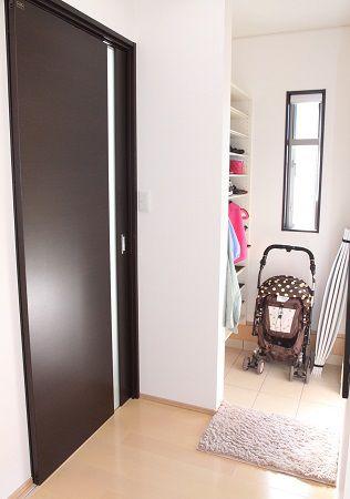 シューズクローク&家族用玄関を設けることでスッキリ片付き、いつでも気持ちよくお客様を迎えられます。