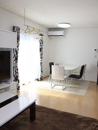 白+ベージュのお部屋に黒をアクセント使い。