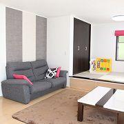リビングと一体となった小上がりの畳スペースは来客時やお昼寝など様々なシーンで活躍