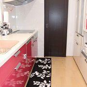 奥様の大好きなピンクと黒、白でカラーコーディネートしたこだわりのキッチンスペース。