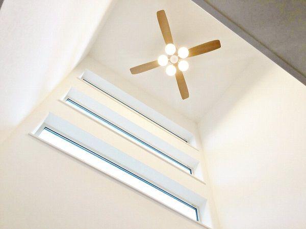 吹き抜けが1階と2階で家族の声をつなげてくれます。窓ガラスもさりげなくおしゃれですね。