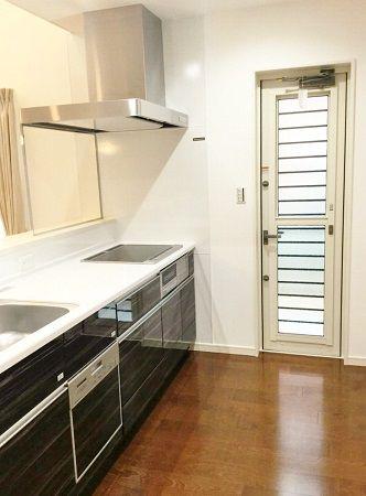 キッチンは、シックな色合いにして高級感を出しました。