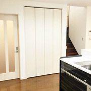 キッチン横には大容量のパントリー。乾物や缶詰、キッチン用品をたくさん入れられます。