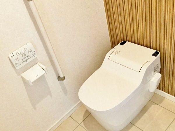 トイレは車いすでも入れるくらい広々としています。手洗いをつけ、将来のことも見据えた設計になっています。