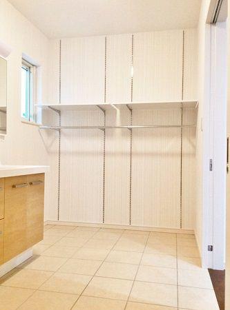 広々とした脱衣場には、雨の日でも洗濯物を干せるスペースがあります。