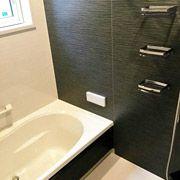 浴室はブラックで高級感のある落ち着いた仕様に。