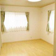 寝室の天井は木目柄のクロスを貼り、自然と落ち着ける空間に。