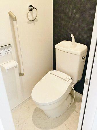2階のトイレはアクセントクロスが映えています。画像ではわかりませんが、キラキラしていてとてもきれいです。