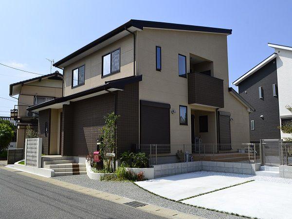 外観は飽きのこないシックなブラウンで統一。 屋根には屋根一体型の太陽光発電システムを9.8kW搭載した、これからの時代にぴったりのエコなオール電化住宅