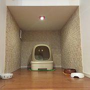 猫ちゃんを飼っていると、気になるのは猫ちゃんのトイレのニオイ。階段下のスペースを利用し、空間を上下半分に分けることで上はペットグッズを収める事ができる収納に、下は猫ちゃん専用のトイレスペースになりました。空間内には消臭効果のある内壁タイルを貼り、更に一番奥は外壁に面しているので換気扇も完備しています。