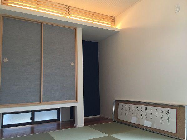 間取り打合せのある日、ご夫婦がお持ちになられた1枚の切り抜き。「こんな和室がいいです、出来ますか?」 間接照明が照らし出す美しいくつろぎの空間が完成しました。照明も光の量を調節でき、ご夫婦のセンス溢れる、モダンでありながら癒される和室です。