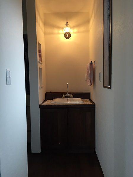 ご夫婦の主寝室には仕掛けがいっぱい。天井に収納出来る階段を下ろせば小屋裏へと続きます。ウォークインクローゼット内には洗面台も設置し、ハンガーパイプも一部を上下2段にして収納力抜群☆ 朝の準備も寝室だけで済ませることが出来ます。