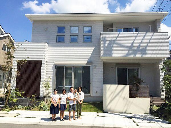 窓のデザインにこだわり、モダンな仕上がりとなりました。 通りからプライベート空間が見えにくいように格子を設け、視線をさえぎりながらも風通しの良いエントランスとなりお施主様のセンスの良さが際立ちます。屋根一体型の太陽光発電システムを搭載し、ご家族にも家計にも、環境にも優しい住まいの完成です。