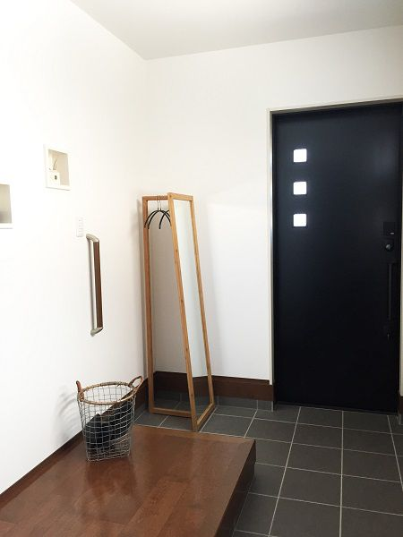 スタイリッシュな黒のタイルに落ちついたダークブラウン。壁面には内装タイルを張り上げ、贅沢な空間がゲストを迎えてくれます。玄関からはLDKへと続く扉とは別に靴のまま入れるシューズ・イン・クロークがあり、煩雑になりやすい玄関も広く取り、別に収納を設けることで生活感も出にくく、品格のある玄関となりました。