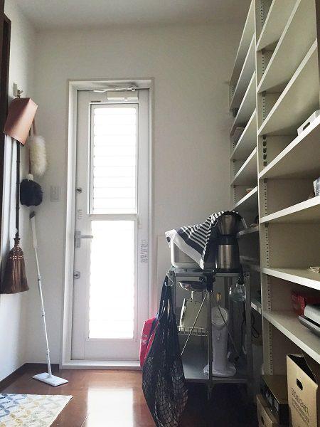 綺麗に整理されたキッチン、お料理を作っているときダイニング・リビング・和室を見渡すことができます。 キッチンの背面は一面の大容量の収納を完備。更に・・・キッチン奥にある扉からパントリーへと入ることができます。 普段キッチンで使わないものやストック、掃除道具などが収納でき、勝手口もあるのでごみ捨てもラクラク!そしてこのパントリー、玄関からつながるシューズ・イン・クロークと扉でつながっているのです。お買い物から帰宅後、そのままこのパントリーまで最短距離で荷物を運ぶことができる、最強家事ラク動線。