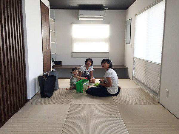 機能を持たせるとスタイリッシュになりにくい・・・?!そんなことはありません。空間としての機能を十分に計画しながらもスタイリッシュに仕上げることはできます。LDKと一つながりの和室は、琉球畳と黒い天井が印象的です。LDKの床より少し高くなっているので、和室に座っていてもダイニングに座っていても、ソファーに座っていても視線が合う設計になっています。