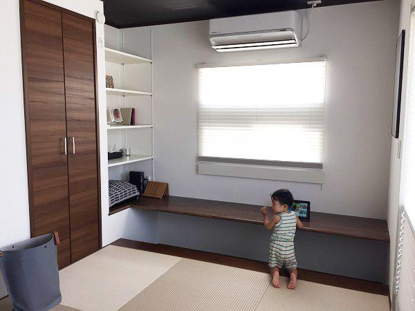 心落ち着く和の空間だからこそ、リラックスして勉強や趣味の時間が過ごせるもの。和室の床を上げることで実現したデスクスペース。掘り込んだ部分には足を入れることができます。床をタイルで仕上げているので、夏は床がひんやり冬場は床暖房で、足元が暖かく過ごせます。可動棚を設けることで、家族みんなの書棚となり、すっきりと収納できます。