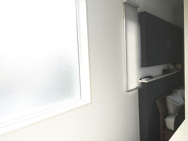 主寝室は落ち着いた色合いに。青系の壁紙は寝室にはぴったり。疲れを癒し、ゆっくりと心穏やかに眠れる寝室となりました。寝室の奥にはW.I.C.。大きな窓を設けることでW.I.C.への通路の圧迫感を緩和しています。