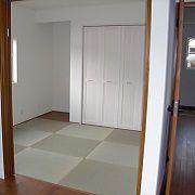 縁無畳で琉球畳風に。ミディアムブラウン色に、畳と扉の色がよく合っています。
