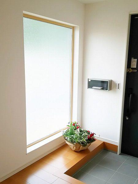 玄関に入ると、大きなFIXの窓がお出迎え。明るくて開放的な玄関です。