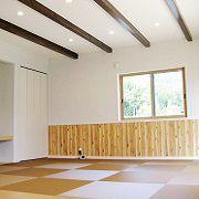 広々としたリビングは、ブラウンの琉球畳で落ち着いたスペースに。お子様が過ごすのにもってこいの空間です。収納スペースもしっかりと。天井は化粧梁でオシャレな空間の演出です。