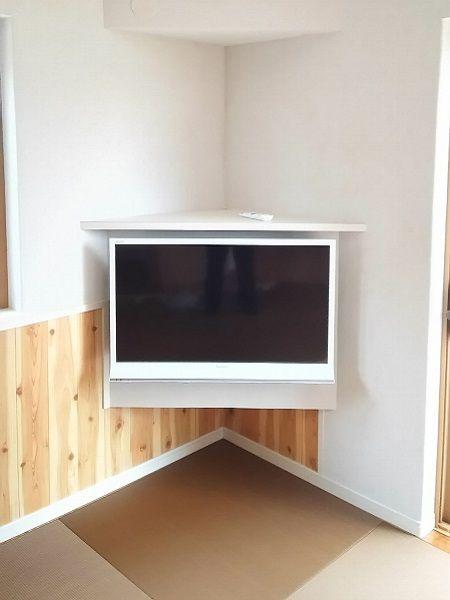 リビングの角にあるのは造り付のテレビボード。テレビの下も掃除機がかけられます。上部にはエアコンも設置できるようになっています。