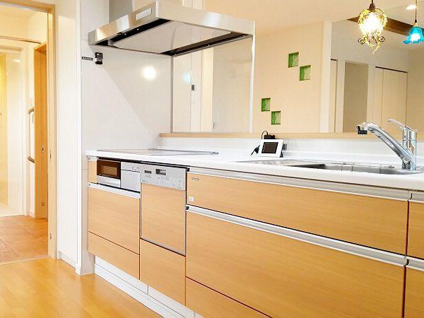 キッチンは脱衣場とつながっており、動線もバッチリ!ダイニングにあった収納の裏側にも同じつくりの収納があり、乾物や粉ものなどもここに閉まっておけば、さっと取り出せます。