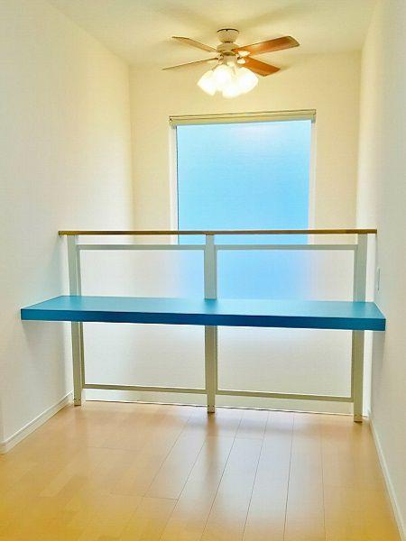 2階ホールの吹き抜け部分は、学習スペース。ブルーの机が映える空間です。