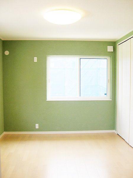 ご夫婦の寝室は、うぐいす色のクロスに。