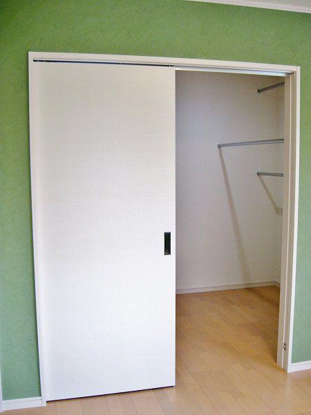 寝室の奥には広い収納部屋があります。向かって右側はハンガーパイプスペース、左側はオープンの押入れとなっています。