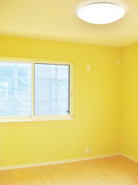 黄色く可愛らしい子供部屋。
