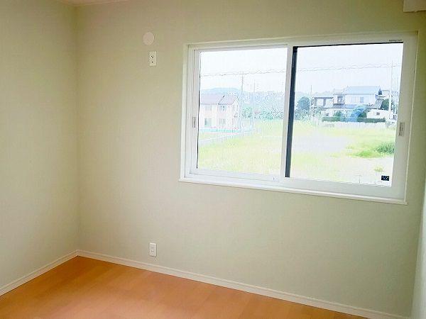 廊下を挟んで、もう一方にもう一つの子供部屋。こちらは少し薄めのモスグリーンです。こちらの部屋にも黄色い子供部屋と同じ収納があります。