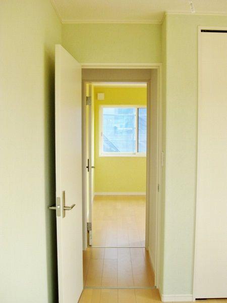 ふたつの子供部屋を同時に見渡すと、カラフルな空間が見られます。
