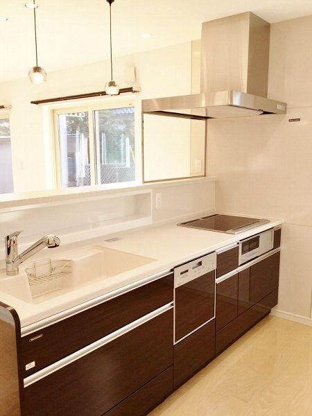キッチンは内観と統一感のあるブラウン。照明もシンプルで空間に馴染んでいます。
