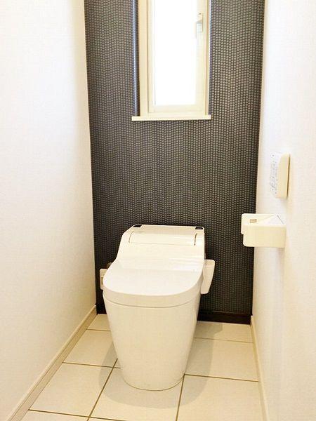 アクセントクロスが印象的なトイレ。飽きの来ないデザインです。
