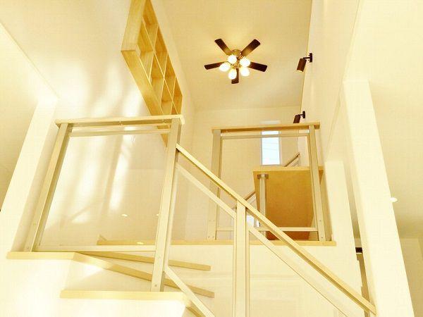 2階へ上がる階段の途中にはkisukiステージ。飾り棚とシーリングファンでおしゃれ度UP。1階からも2階からも見えるところなので、かっこよく仕上げました。