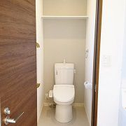 2階トイレのアクセントクロスは、1階のトイレの色違いにし、統一感を出しました。