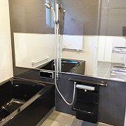 浴室はブラックを基調に。高級感があり自慢したくなるお風呂です。
